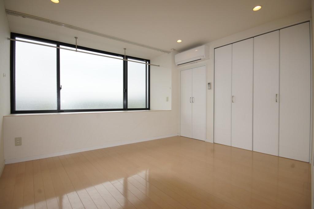 1F洋室。窓際には広々とした物干しスペースが(内装)