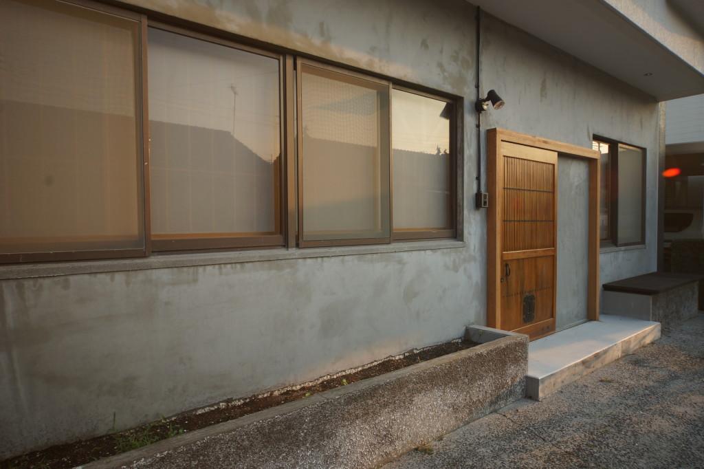 花壇、ベンチ、駐車場(玄関)